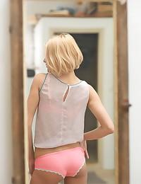 Sasha Blonde - Sasha Blonde has sexy breasts and a tight tummy