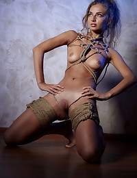 Gorgeous Kira poses completely naked for us.