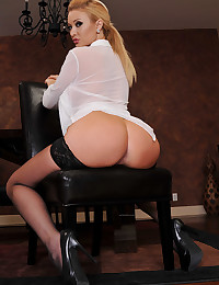 Sultry Golden Haired Beauty Summer Brielle