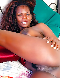 Solo black girl models pussy