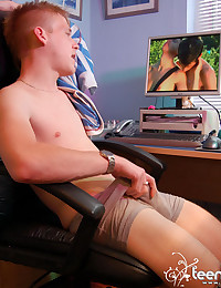 Twink jerks off to porn