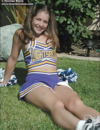 Cute cheerleader chick stripp...
