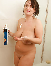 Voluptuous Victoria Summers Takes Shower