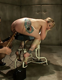 http://www.crocofetish.com/pictures/bondage/wired-pussy/sexy-domme-with-tied-girl/195.jpg