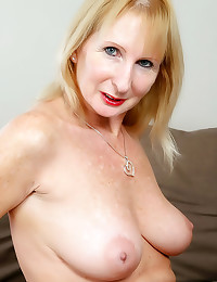 Close up mature pussy show