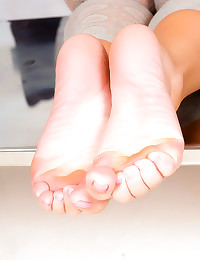 Sexy chick teases her feet