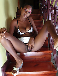 Ebony Babe Exposes Her Healthy Bush