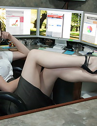 Hottest lips ever on the sensual secretary getting naked in office