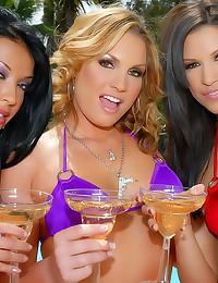 Three bikini hotties share hi...