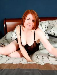 Redheaded milf toy fucks pussy