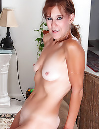 Mature has a sexy pussy