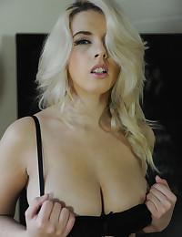 Free hot lingerie girls pics