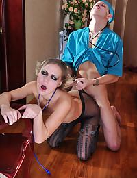 Leggy Minx Enjoys Pantyhose S...