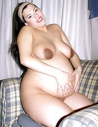 Curvy pregnant chick shows cu...
