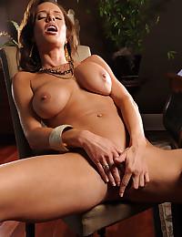 Seductive Cougar Veronica Bends Over