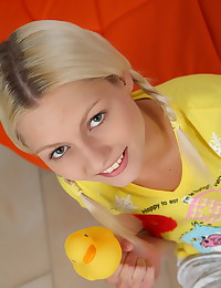 Babe puts the rubber ducky in her pussy and she smiles so much