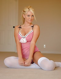 Amazing young gal exposes her...