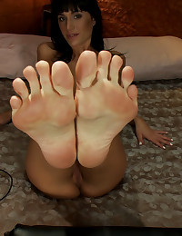 GoatMilkers suck her toes, Ha...