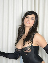 Perfect lingerie and naughty bondage make Sunny Leone the best pornstar