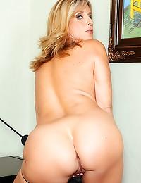 Blonde mature with dildo in c...