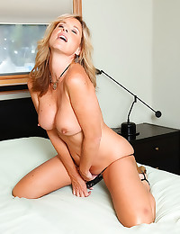 Blonde mature with dildo in c...