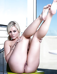 Alexis Texas spreads her puss...