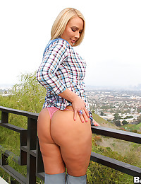 Curvaceous Milf Melanie Flaunts Her Butt
