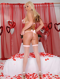 Round Assed Blond Minx Skylar Price