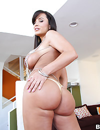 Luscious Brunette Lisa Uses Toys