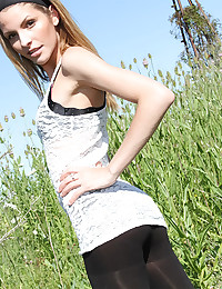 Teen flashes it all outdoors
