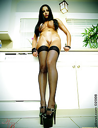 Audrey Bitoni Exposes Stunning Body