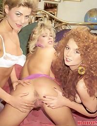 Hot retro lesbian girls perfo...
