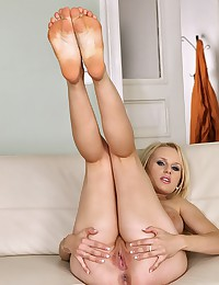 Blonde Bombshell Welli Spreads Pussy