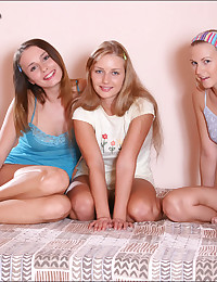 Three teen hotties kissing pa...