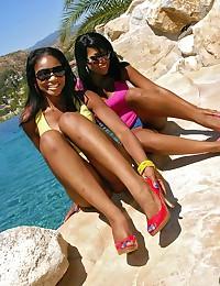 Bubble Butt Ebony Duo Flaunt Butts
