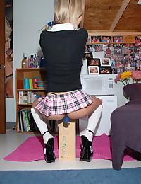Loose schoolgirl pulls her ti...