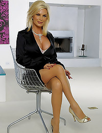 Diamond Foxxx hot milf linger...