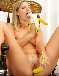 Banana in the milf pussy