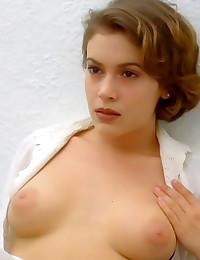 Alyssa Milano nude has sexy t...