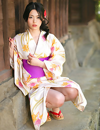 Watch this Asian hottie take off her kimono.